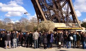 tourists-paris1.jpg