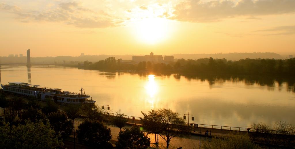 Bordeaux_Riverfront_view. jpg