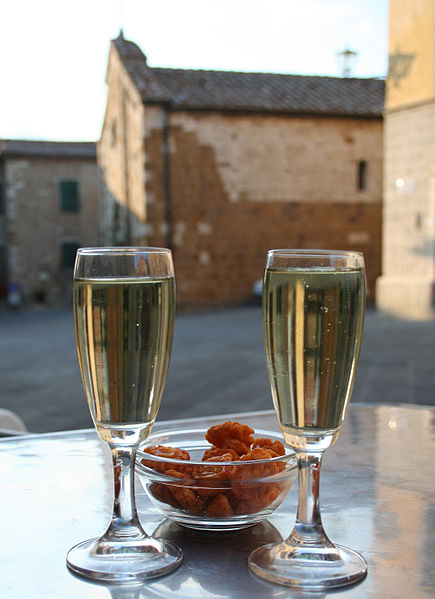 435px-Prosecco_and_snacks_in_Tuscany_wikipedia.jpg